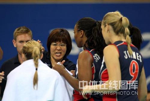 在北京奥运会的比赛中,郎平赛中认真指导美国女排队员