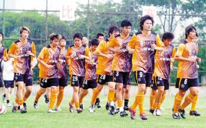 """昔日,""""大帝""""李毅和队友们在笔架山基地进行训练。正是李毅和李玮锋领军的深足,夺得了中超元年冠军,也是深圳足球第一个全国冠军。"""