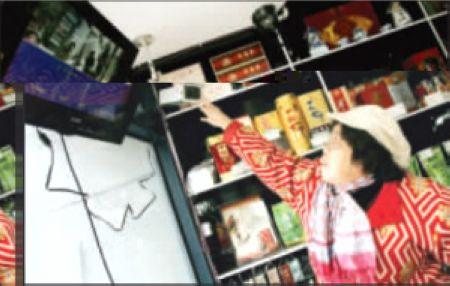昨日,南岸区,刘婆婆正在调整店里的监控器 本组图片均由本报记者 马力 摄