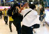 泰国警察与示威者机场对峙 3000名旅客滞留(图)