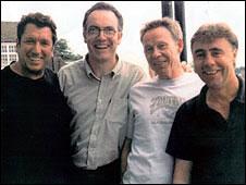 Morrissey(左二)与性手枪成员在一起