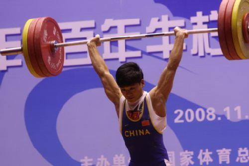 图文:举重冠军赛男子62KG级 雷海涛挺举比赛中