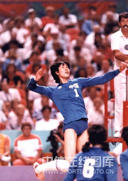 图文:回顾郎平三十余年职业生涯 奥运会上扣球