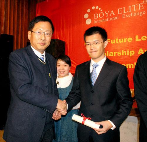北大国际MBA外方院长杨壮教授为CFL奖学金二等奖获得者颁奖