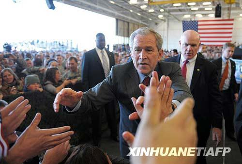 11月25日,美国总统布什在肯塔基州坎贝尔堡向官兵打招呼。感恩节前夕,布什来到美军第101空降师总部,感谢从伊拉克和阿富汗归来的官兵。每年11月的第四个星期四是美国的感恩节,今年的日期为11月27日。新华社/法新