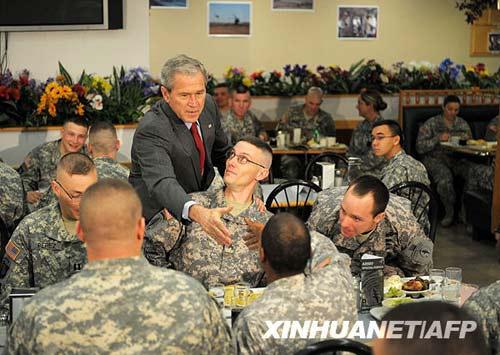 11月25日,美国总统布什在肯塔基州坎贝尔堡向官兵打招呼。新华社/法新