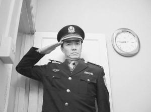 """来到大庆,成为49中的一名保安.没过多久,对他""""指指点点""""的学生"""