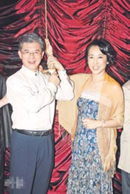 罗康瑞与朱玲玲的恋情逐渐浮出水面,之前两人高调到上海出席活动