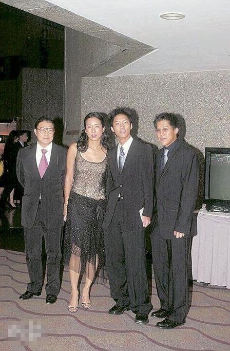 霍震霆与朱玲玲育有3名儿子,旁为长子启刚(右一)及启山(右二)。