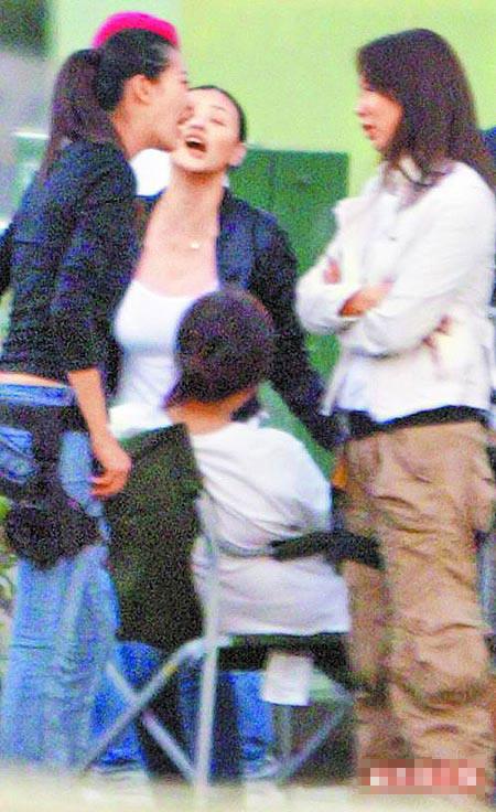 吴辰君(右)与姚采颖(左)聊天时,萧淑慎卡在中间表情扭曲。