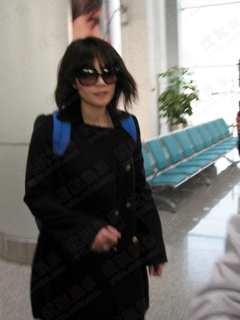 王菲低调抵达成都机场