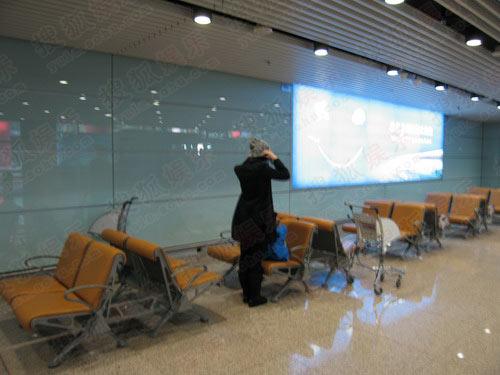 王菲在首都机场准备登机
