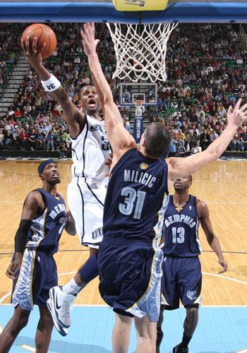 图文:[NBA]爵士大胜灰熊 迈尔斯强行上篮