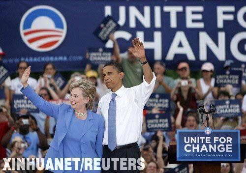 """资料图片:6月27日,奥巴马(右)和希拉里在新罕布什尔州小城尤尼蒂(""""尤尼蒂""""在英文中意为""""团结"""")举行联合竞选集会。新华社/路透"""