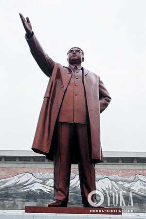 平壤万寿台的金日成铜像。每天都有来自朝鲜各地的民众和学生到这里敬献鲜花
