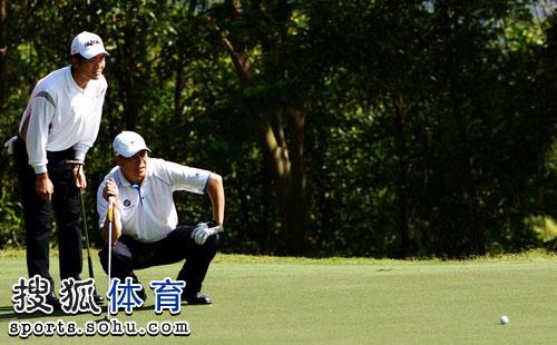 中国对两位队员认真观察果岭