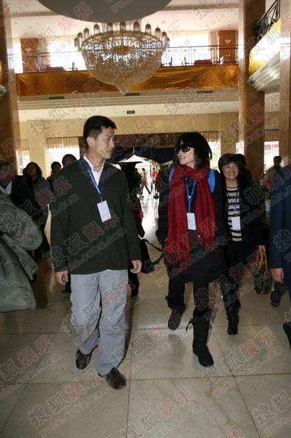 图:鹏菲夫妇抵达宾馆 二人深情对视