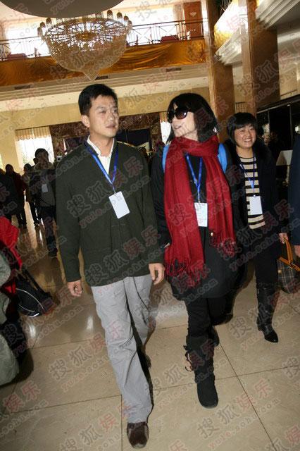图:鹏菲夫妇抵达宾馆 两人秀甜蜜
