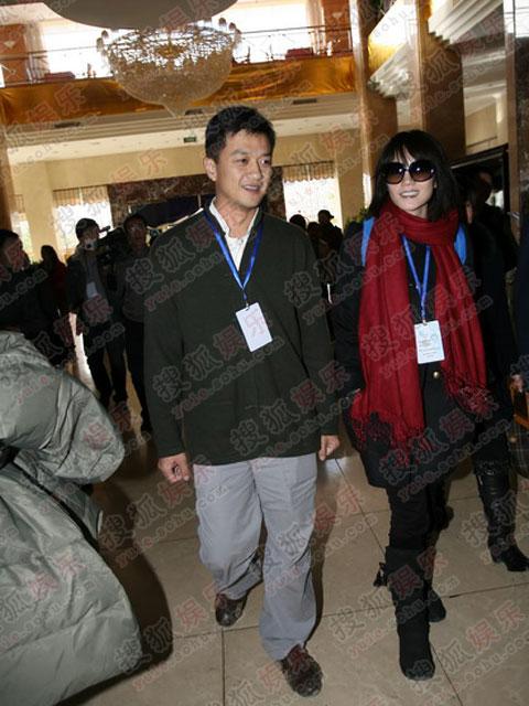 图:鹏菲夫妇抵达宾馆 两人并肩而行