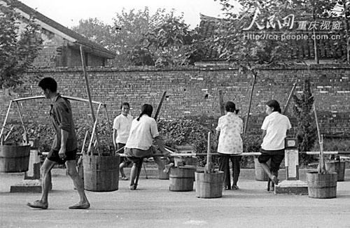 上世纪70年代-80年代初,没有专门的运粪车,要靠人民公社农民用粪桶肩挑运到农村做肥料。