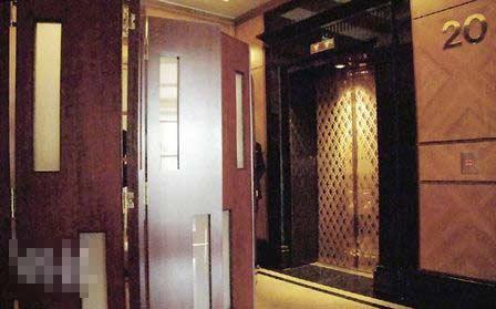 一对新人包下酒店20楼宴会厅举行结婚仪式及晚宴,该楼层有不少保安看守