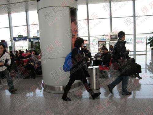 王菲抵达成都机场