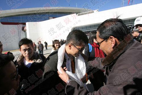 李亚鹏抵达西藏接受哈达