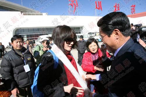 王菲抵达西藏接受哈达