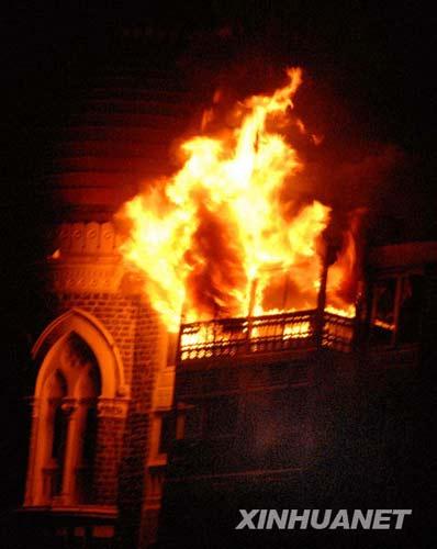 11月27日凌晨,印度孟买遭到恐怖袭击的泰姬玛哈酒店浓烟滚滚。印度孟买警方当日说,在26日晚至27日凌晨发生的孟买连环恐怖袭击事件中的死亡人数已上升到101人。 新华社发