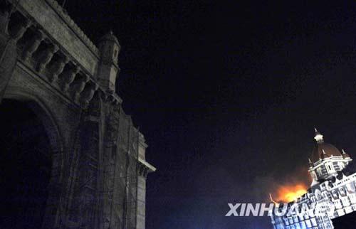 11月27日晚,泰姬玛哈酒店屋顶燃起熊熊大火。新华社记者 王晔摄