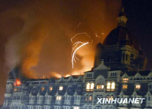 11月27日,印度孟买的泰姬玛哈酒店遭恐怖袭击后发生火灾。26日晚间到27日凌晨,印度孟买市中心的火车站、酒店和市政府等多处建筑遭到武装分子的袭击,目前已造成至少80人死亡、250多人受伤。 新华社/美联