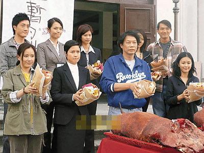 前排左起:张文慈、邵美琪、老板罗守耀为新片拜神。
