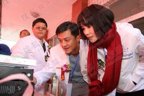 李亚鹏王菲探望第2008个患儿