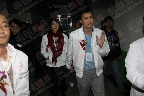 图:李亚鹏王菲穿情侣服探患儿 并肩而行