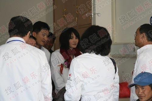 图:李亚鹏王菲穿情侣服探患儿 众人陪同