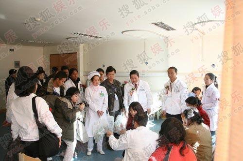 图:李亚鹏王菲穿情侣服探患儿 人们献上爱心