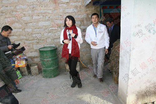 李亚鹏王菲探望患儿家庭