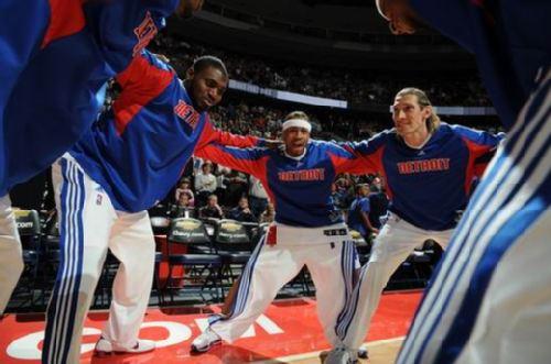 图文:[NBA]活塞胜雄鹿 活塞赛前打气