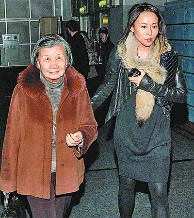 苏永康女友(右)搀扶苏母一同出席演唱会