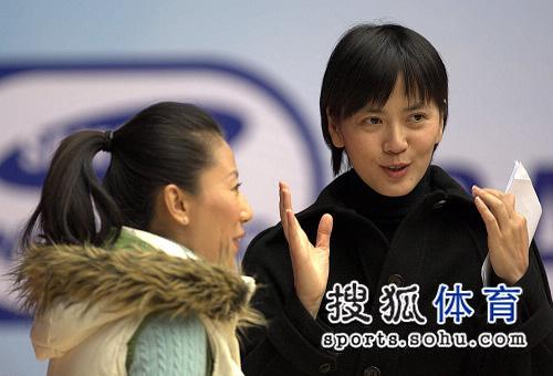 图文:短道速滑世界杯中国站 杨扬与沈冰交流中