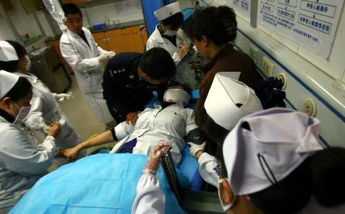 医护人员在对受伤的人质进行急救