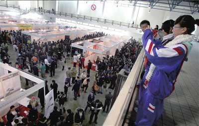 高一学生进招聘会感受求职压力。本报记者欧阳晓菲摄