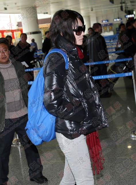 王菲29日下午从拉萨机场出发回京