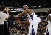 图文:[NBA]小牛客场胜国王 摩尔不满裁判
