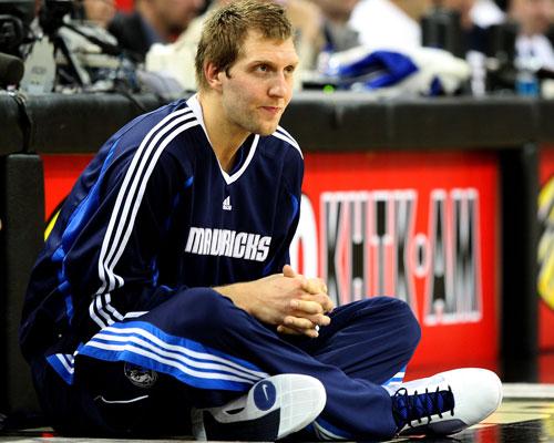 图文:[NBA]小牛客场胜国王 诺维茨基场边热身