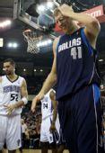 图文:[NBA]小牛客场胜国王 诺维茨基遭遇犯规