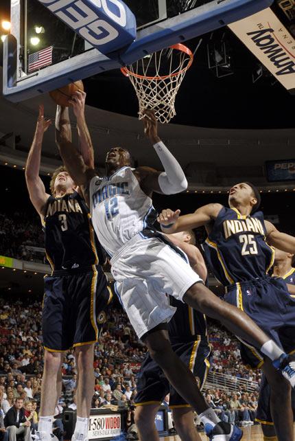 图文:[NBA]步行者负魔术 霍华德内线争霸