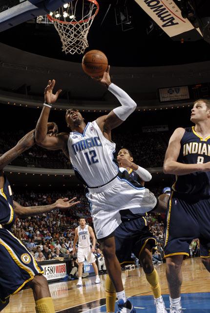 图文:[NBA]步行者负魔术 霍华德内线拼抢
