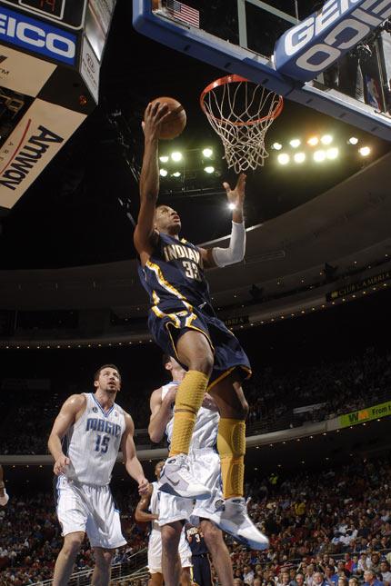 图文:[NBA]步行者负魔术 麦克罗伯茨得分