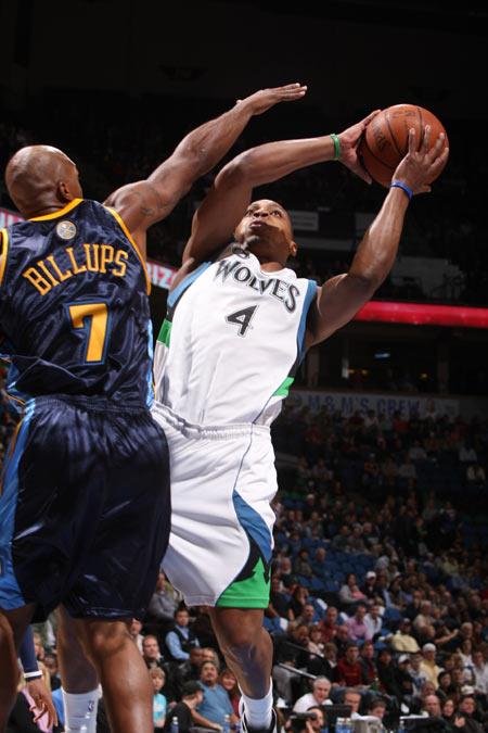 图文:[NBA]掘金胜森林狼 比卢普斯封盖